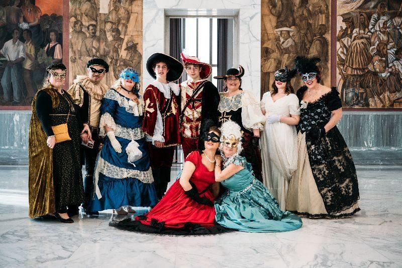 Danzando attraverso i secoli tra coriandoli e stelle filanti