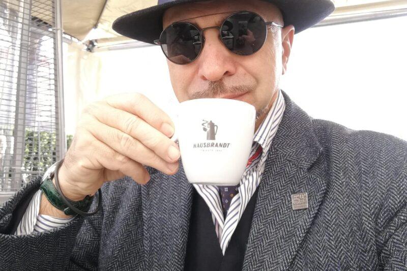 Mi tocca di nuovo bere il cappuccino nel bicchiere di carta!